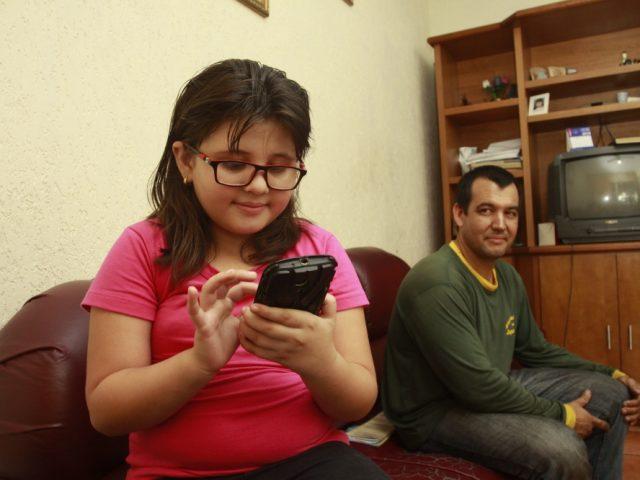 Exposição prolongada a celulares e tablets por crianças causam problemas de visão - D'Olhos Hospital Dia